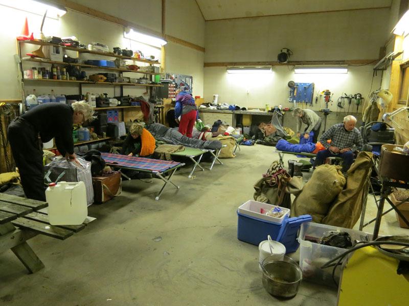 En lasskjørerer er kjempeglad for tak over hodet om natta. Vi sover i alt fra verksteder, stuegulv, campinghytter til motell, og setter pris på hvert eneste sted folk gir oss husvarme. Her er det morgenstemning fra et av siste to døgns verksteder vi har sovet i. Foto: Karine Bogsti