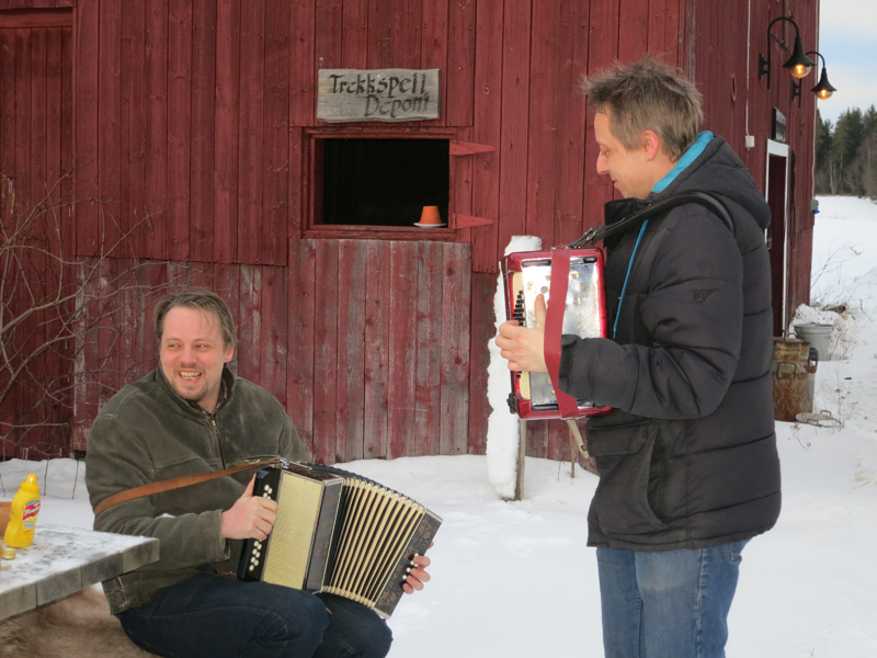 Ikke ofte vi blir møtt med proff musikk langs  vår ferd, men Stig og Kim Nielsen ga oss fine toner på vår ferd. Det satte dansefoten i gang på noen lasskjørere, så det ble et forsøk på Rørospolsdansing på tunet. Foto: Karine Bogsti
