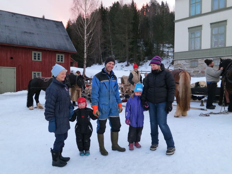 Tusen takk til store og små på Veslehammeren på Stai som tar imot oss med et stort smil og hjertevarme! Foto: Karine Bogsti