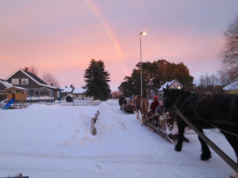 Sjekk ut regnbuen på dette bildet. Vi skriver februar, det er vinter og regnbue på vår ferd var en stor overraskelse. Men fin var den, og vi er rimelig sikre på å finne gull i enden av den mot nord! Foto: Karine Bogsti
