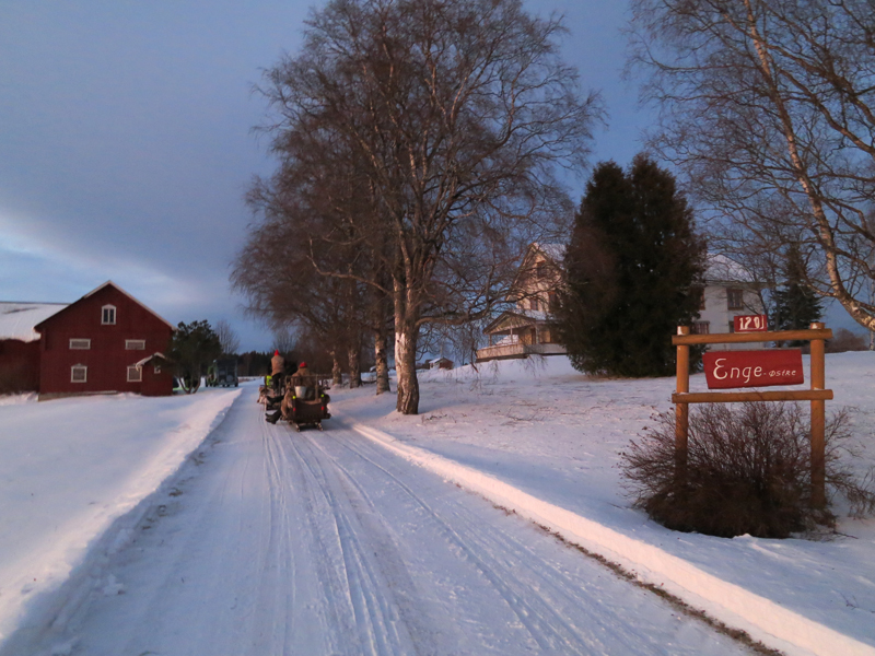 22 kilometer er tilbakelagt, og vi er på veg inn dagens overnattingssted; Enge østre i Løten hvor lasskjører Mari Bryhni er fra. Foto: Karine Bogsti