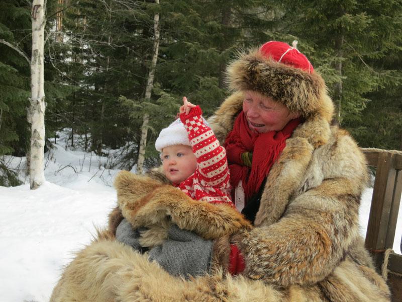 Den skal tidlig krøkes som god lasskjører skal bli ;-) Mari hadde med turens søteste lasskjører et lite stykke i dag; barnebarnet Signe. Foto: Karine Bogsti
