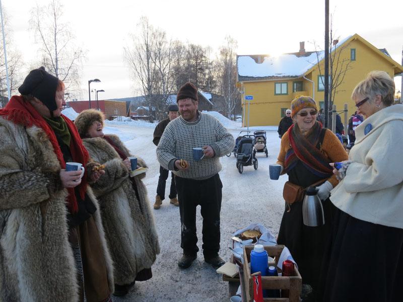 Bodil (nr. 2 fra høgre) og Arne Tronstad hadde ordnet til festivitas og flagg og musikk og dans og servering da vi kom til Koppang. Det er stas! Foto: Karine Bogsti