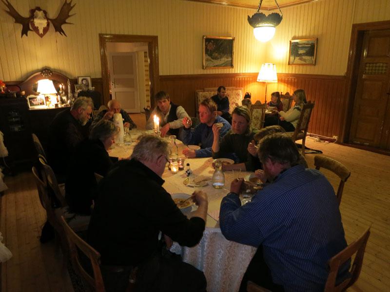 Nå er lasskjørerne innlosjert hos familien Ulvmoen/Brænd, og har fått en fantastisk traktering. Makalaus gjestfrihet hos østerdølene!!! Foto: Karine Bogsti