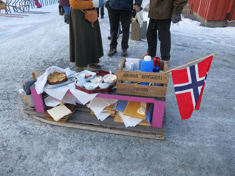 Bodil og Arne Tronstads vaffelekspress kom dette året også på Koppang. Nam med vafler og rømme! Legg merke til kassa fra Hedmarken :-)  Foto: Karine Bogsti