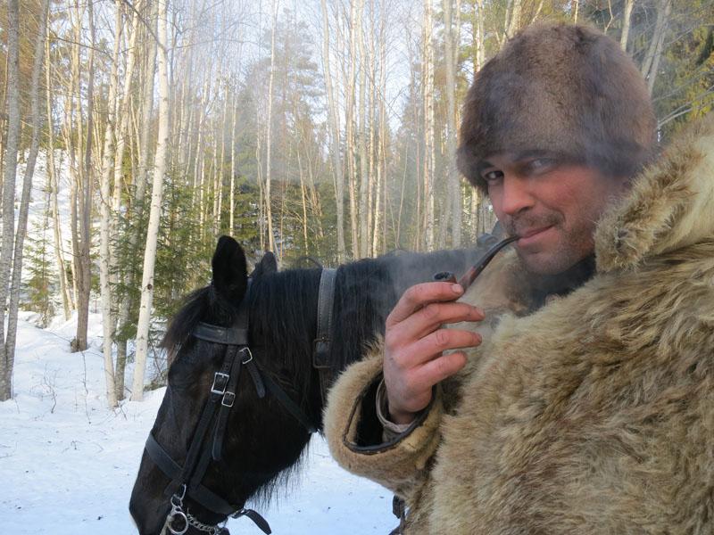 Jøran i røyken, i god lasskjørerstil. Foto: Karine Bogsti