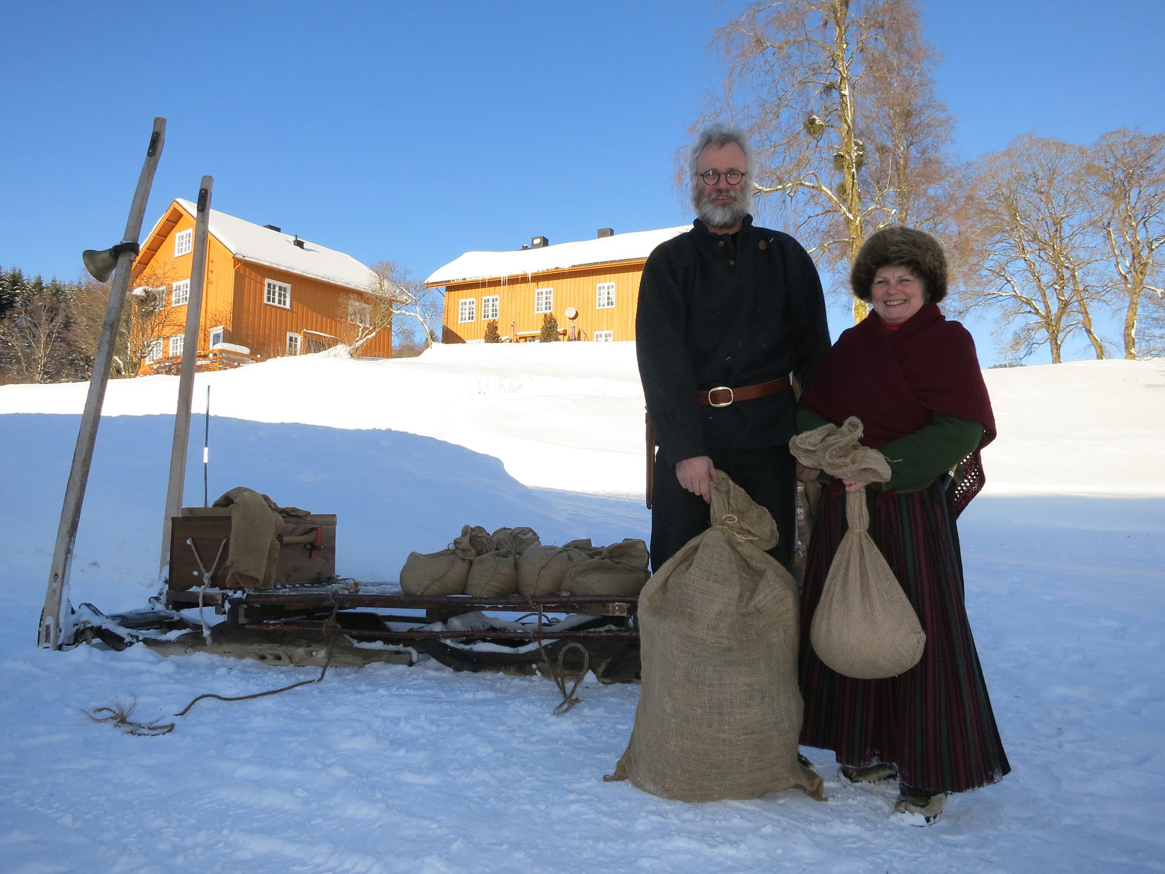 Jørgen Hveem og Eli Lang-Ree lasser korn og erter på sleden på Båberg. Foto: Karine Bogsti