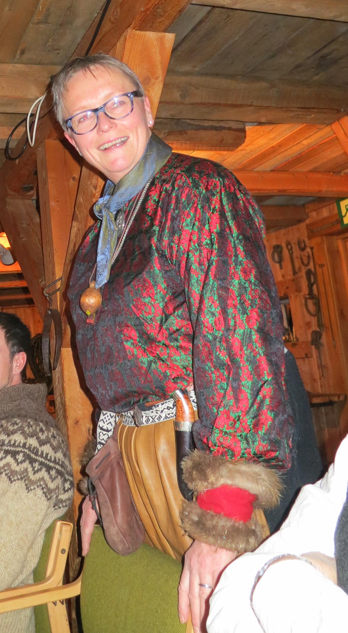 Mari Bryhni er kokka vår på tur, og hun stod for nydelig rakfiskforrett og multekrem med strull attpå under 10-årsjubileumsfeiringa. Mari er også den eneste i foreninga som har vært med fra start til slutt på alle turene foreninga har hatt, og er dermed den med flest døgn på sleden. Foto: Karine Bogsti