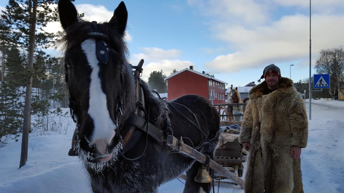Varm hest og kaldt vær. Guri og Jøran. Foto: Karine Bogsti