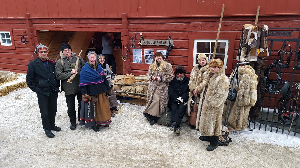 Lasskjørere fra Hedemarken har utstilling og salg av noen varer i bakgården/inngangen til Kaffistuggu. Foto: Karine Bogsti