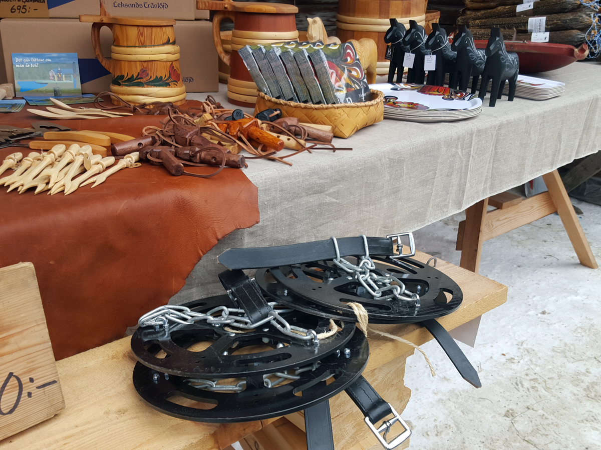 Du kan få kjøpt alt mulig rart på marten fra mat til håndtverk. Her noe som Dalarne Femund Forkörarförening (lasskjørere fra Femund/Dalarne) selger i Langknutgården som går i våre interesser; truger for hest, selepinner. Foto: Karine Bogsti