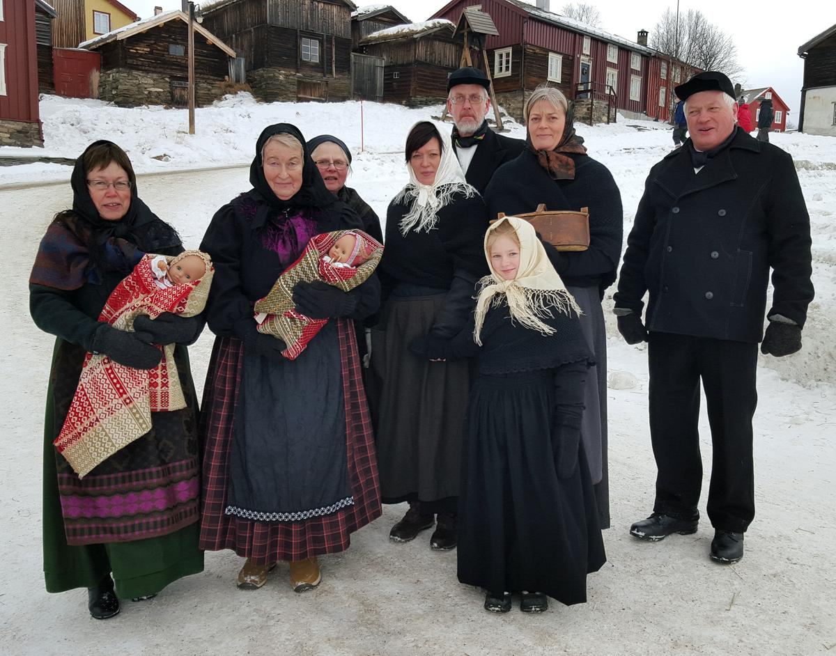 Slik kunne et dåpsfølge fra Nord-Østerdalen se ut i 1860. Lasskjørerne fra Nord-Østerdal har kledd seg opp slik klærne kunne se ut den gang, og tok en runde i Røros og om kirka for skildre historie. De sang også dåpssamle som Marit Holmen på Tynset har skrevet. Flott formidling av kulturhistorie. Foto: Karine Bogsti