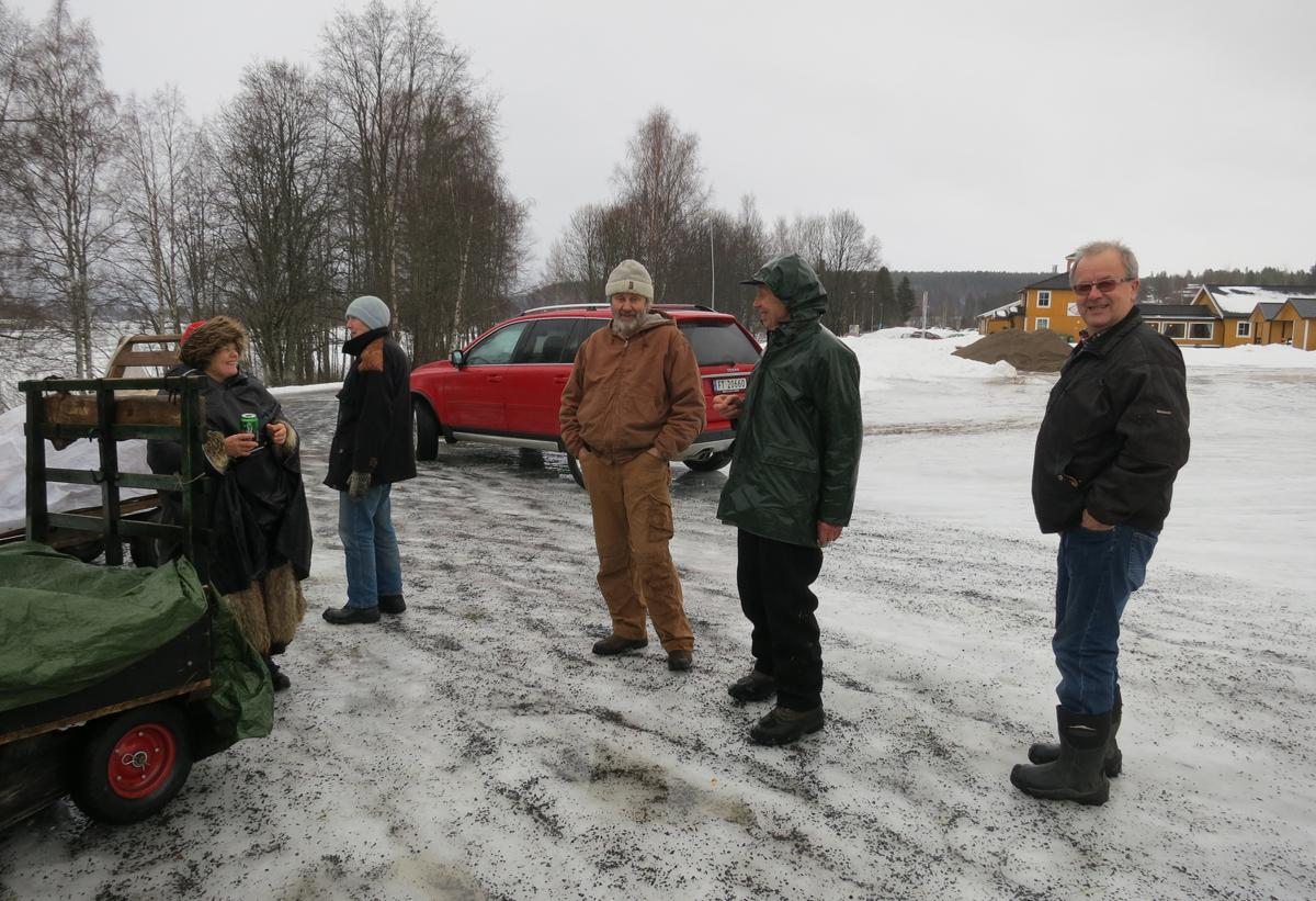 Vi har slike snille lasskjørere som hjelper oss å frakte litt av hvert under turen per mange hestekrefter (les bil); Hans Lahlum (nr 3 f.v.) og Bjarne Lang-Ree (t.h.). På slike regnværsdager som i dag er det utrooolig godt! Foto: Karine Bogsti
