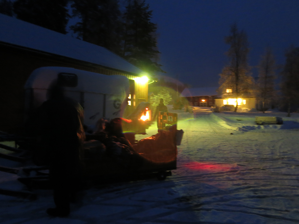Mørket hadde senket seg i det vi var framme på Viken i bygda Øgle Viken. Foto: Karine Bogsti