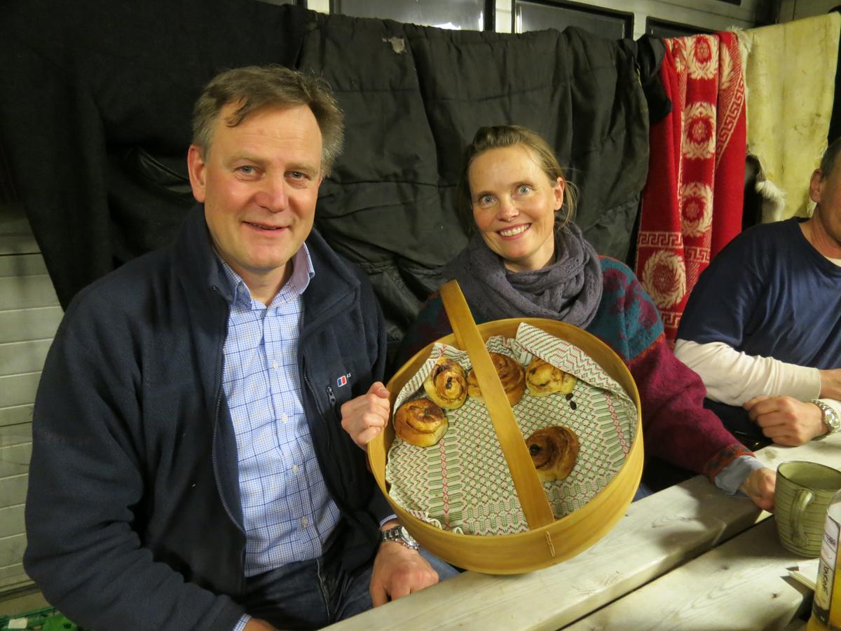 Herlig med den østerdalske gjestfrihet. De som huser gjengen med blaute lasskjørere i natt; Åshild og Sverre Holm, servert attpå kaffe og nybakte skillingsboller. Tusen takk! Foto: Karine Bogsti