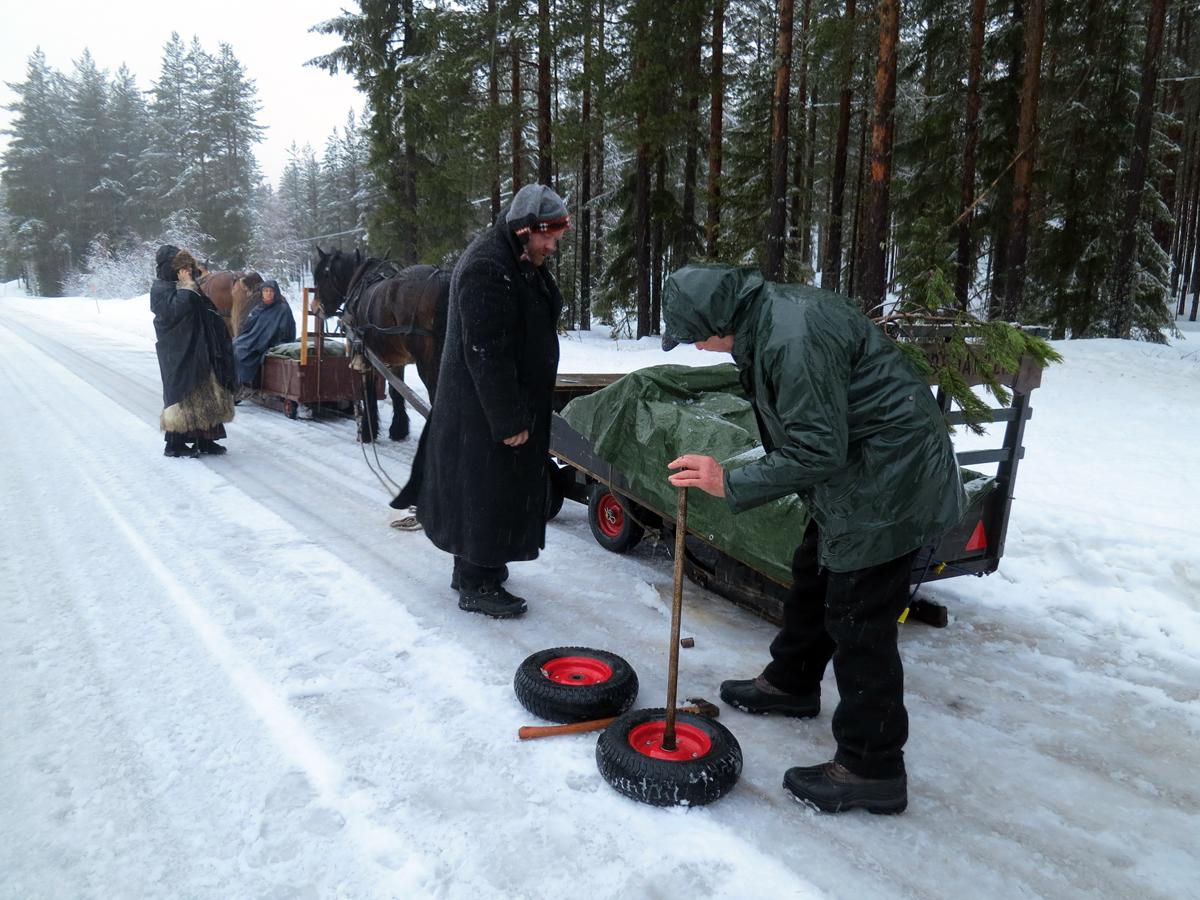 Siste døgns snøslaps over grusete veger, gjør at de første hjulene tas av sleden for testkjøring uten. Foto: Karine Bogsti