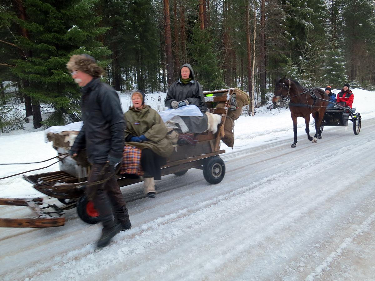Ved Strand, litt sør for Ophus, kom det et annen type hestefølge og slo følge et stykke; Laila og Maijia med en raskere hest enn våre kaldblods. Foto: Marit Lahlum-Ruud