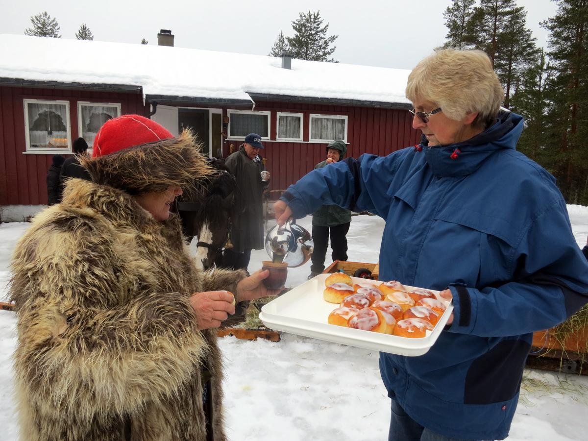 Helga Rusten serverer kaffe og boller til Eli. Foto: Karine Bogsti