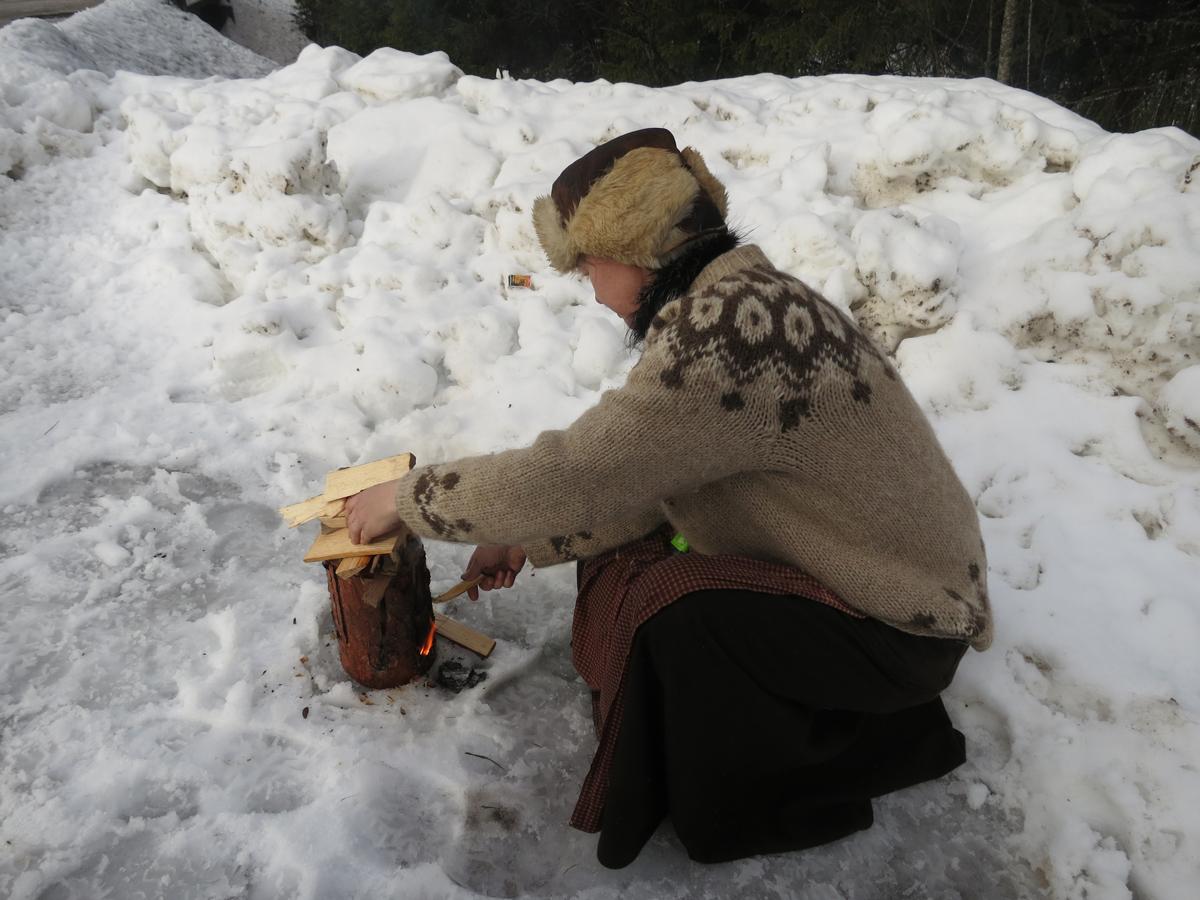 """Gry forsøker å fyre opp en """"Østerdalsprimus"""", men regnet hadde nok satt litt for mye preg på kabben. Foto: Karine Bogsti"""