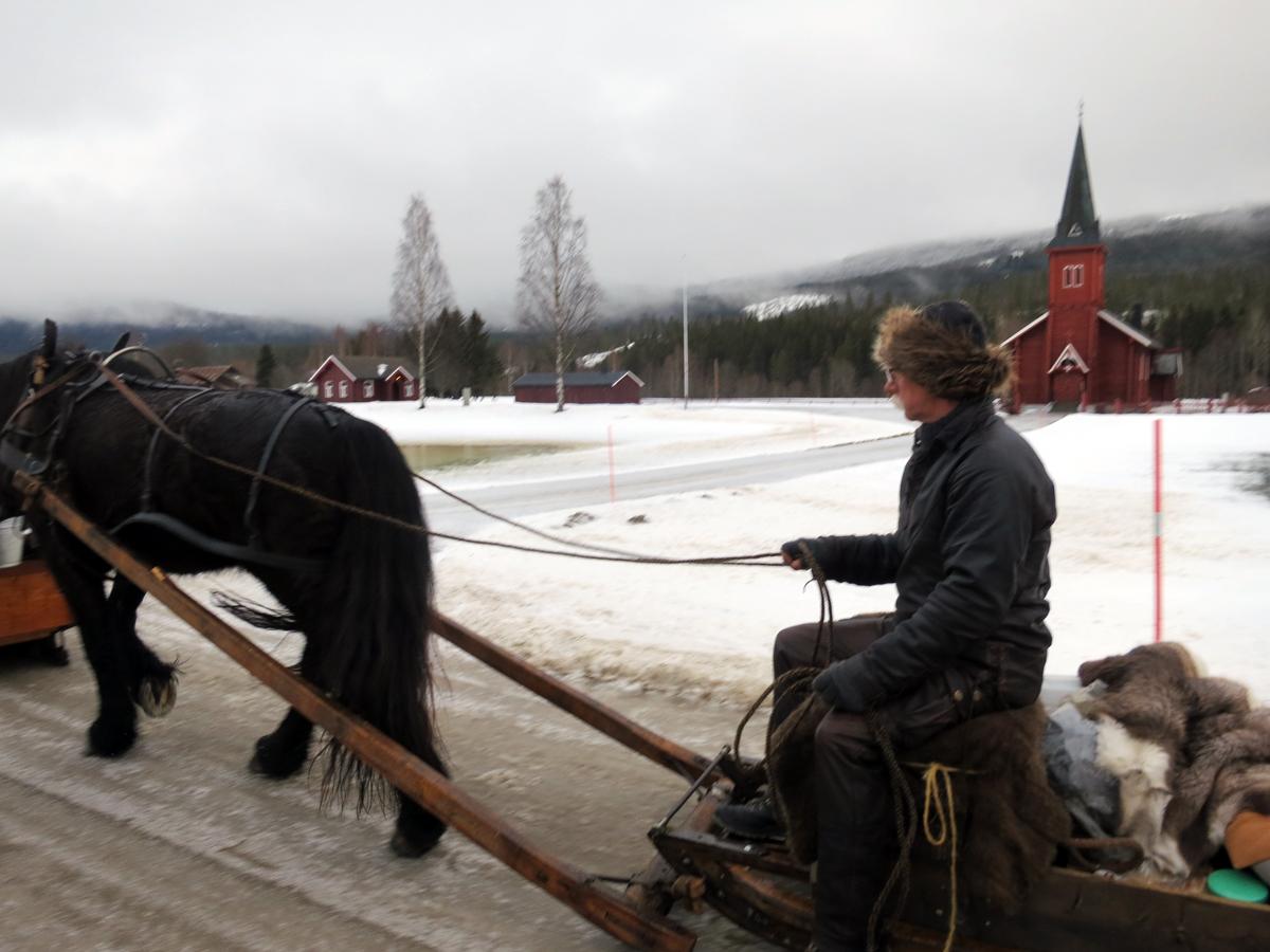 Vi passerer Evenstad kapell. Foto: Karine Bogsti