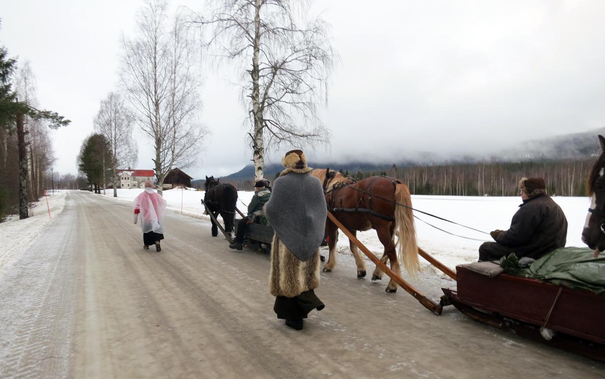 Marit og Gry langer ut når Evenstad nærmer seg i det fjerne. Foto: Karine Bogsti