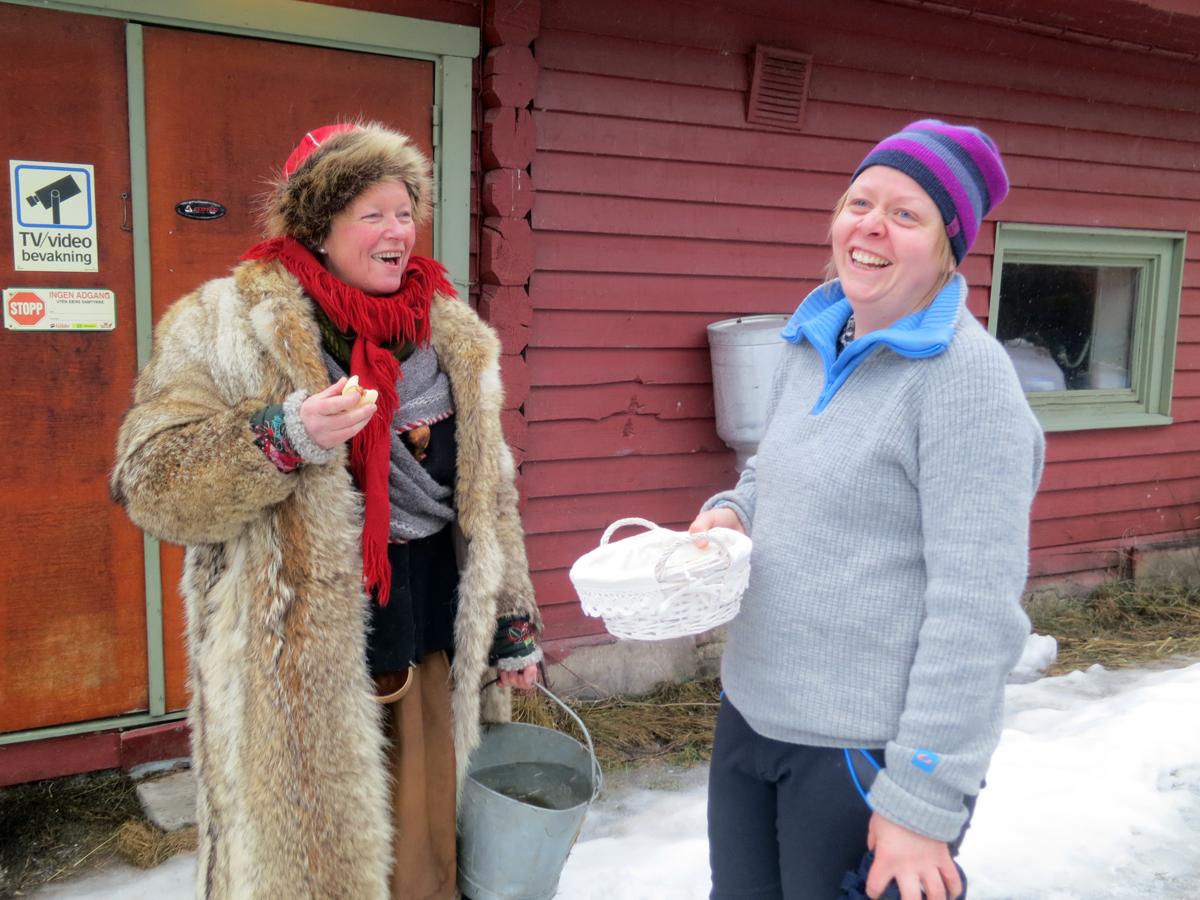 Hyggelig gjensyn av gamle kjente med fliring. Vi fikk til og med varme, nybakte boller hos Heidi Ulvmoen da vi kom til Stai. Tusen takk! Foto: Karine Bogsti