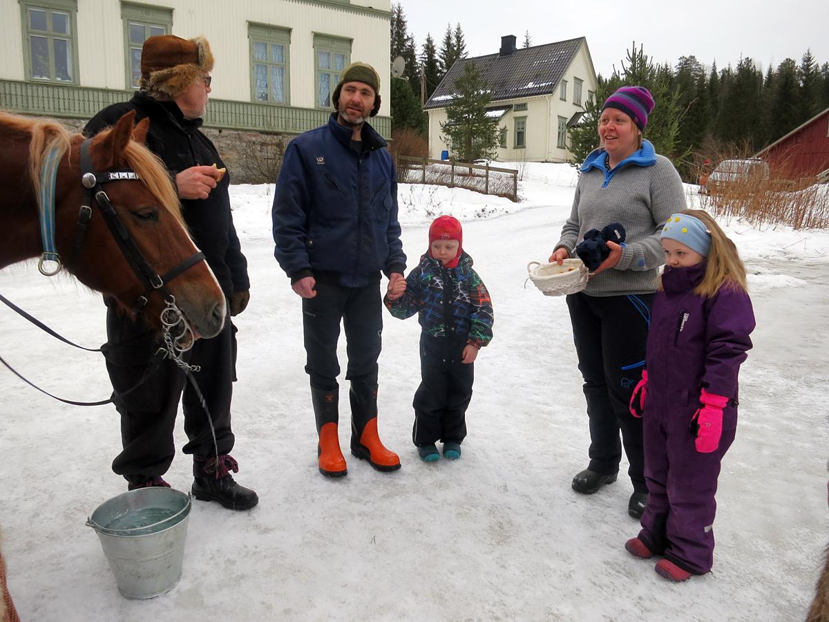 Alltid hyggelig å komme til familien Brænd/Ulvmoen på Stai, hvor vi har overnattet i mange, mange år. I år var det litt omlegging av ruta pga mer hviledag, men vi kjørte innom og fikk vatn til hesta. Tusen takk! Foto: Karine Bogsti