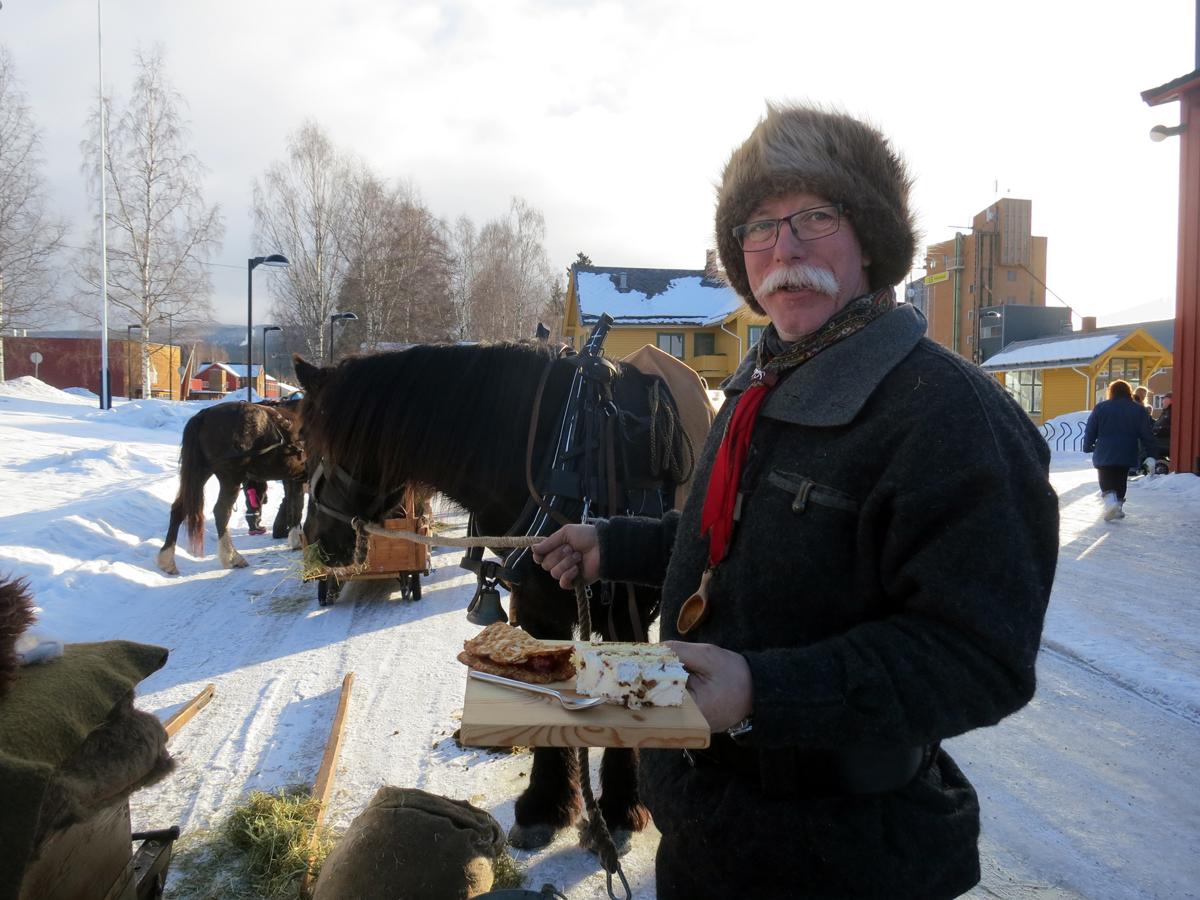 Geir koser seg med vafler og kake, servert på de fineste fat. Foto: Karine Bogsti