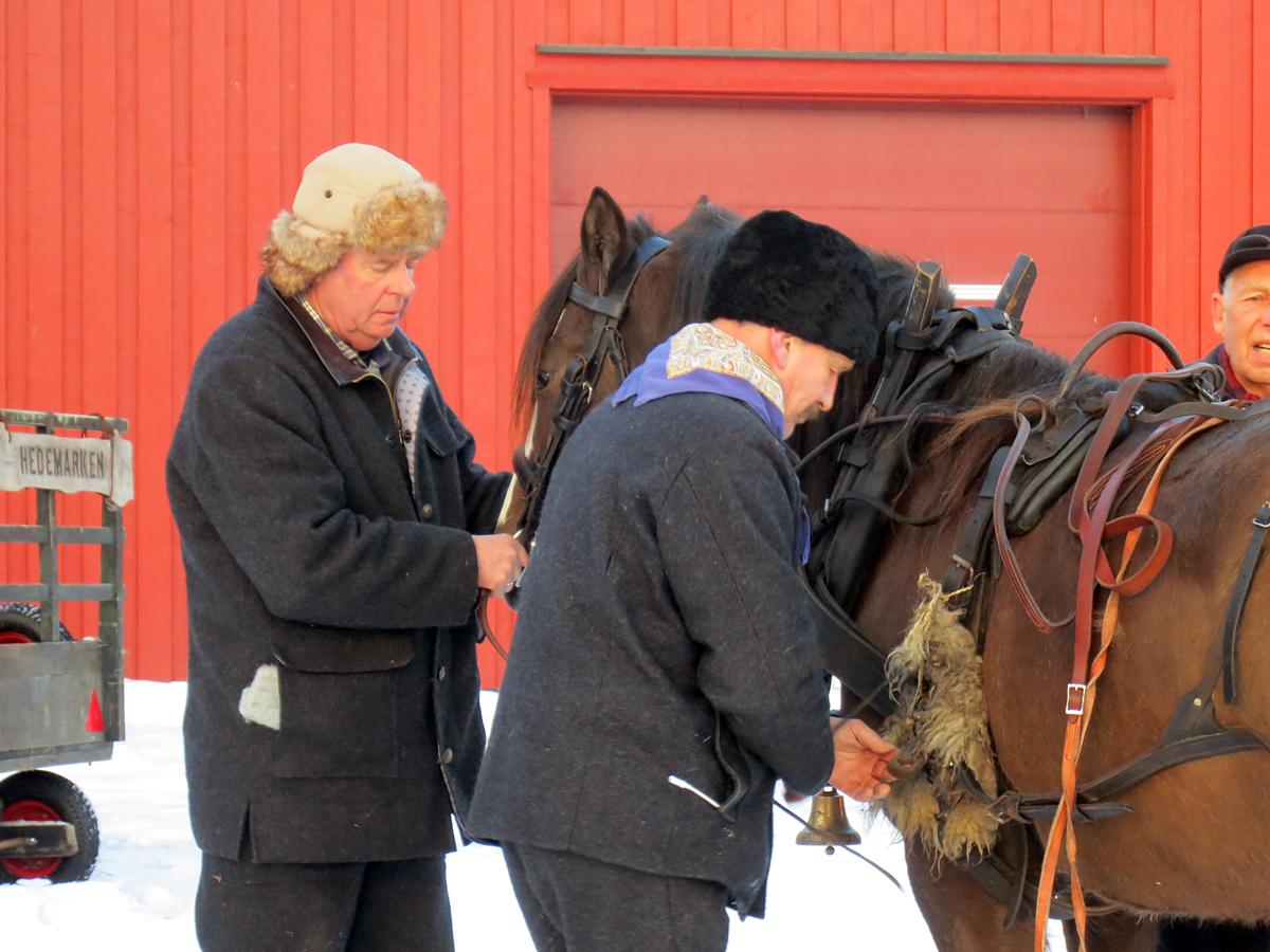 Kjell Aage og Ola gjør Lotta klar for avreise. Foto: Karine Bogsti