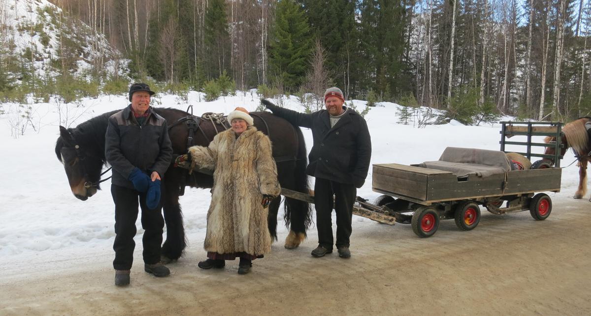 Hesten Romedalsprins med hjelpekusk Emil Bryn, lauskar/jente Eli Lang-Ree og hesteeier og kusk Truls Mathisen. Foto: Karine Bogsti