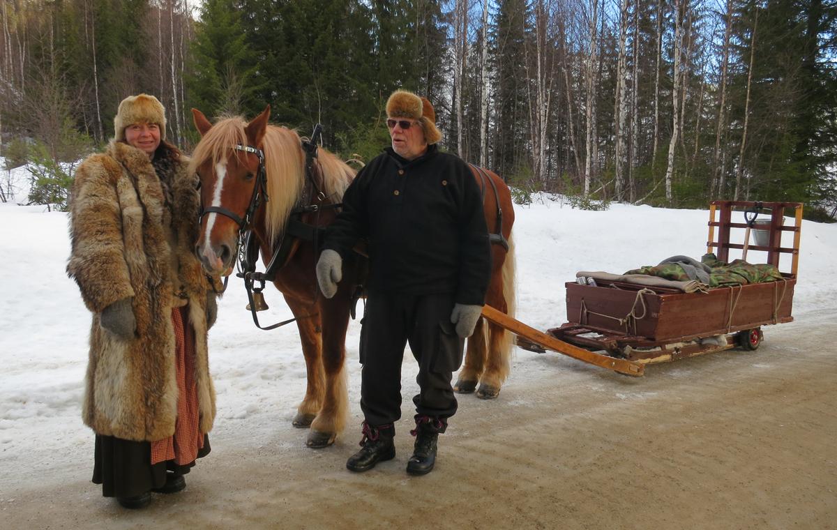 Hesten Smukken med hjelpekusk Gry Ottesen og hesteeier og kusk Kjell Ivar Stensli. Foto: Karine Bogsti