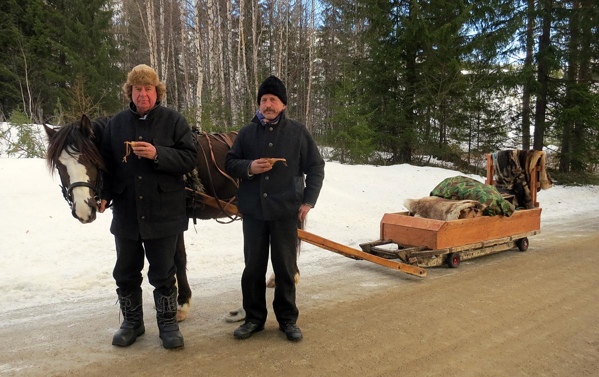 Hesten Lotta med hesteeier og kusk Kjell Aage Øie-Kjølstad og hjelpekusk Ola Grønvold. Foto: Karine Bogsti