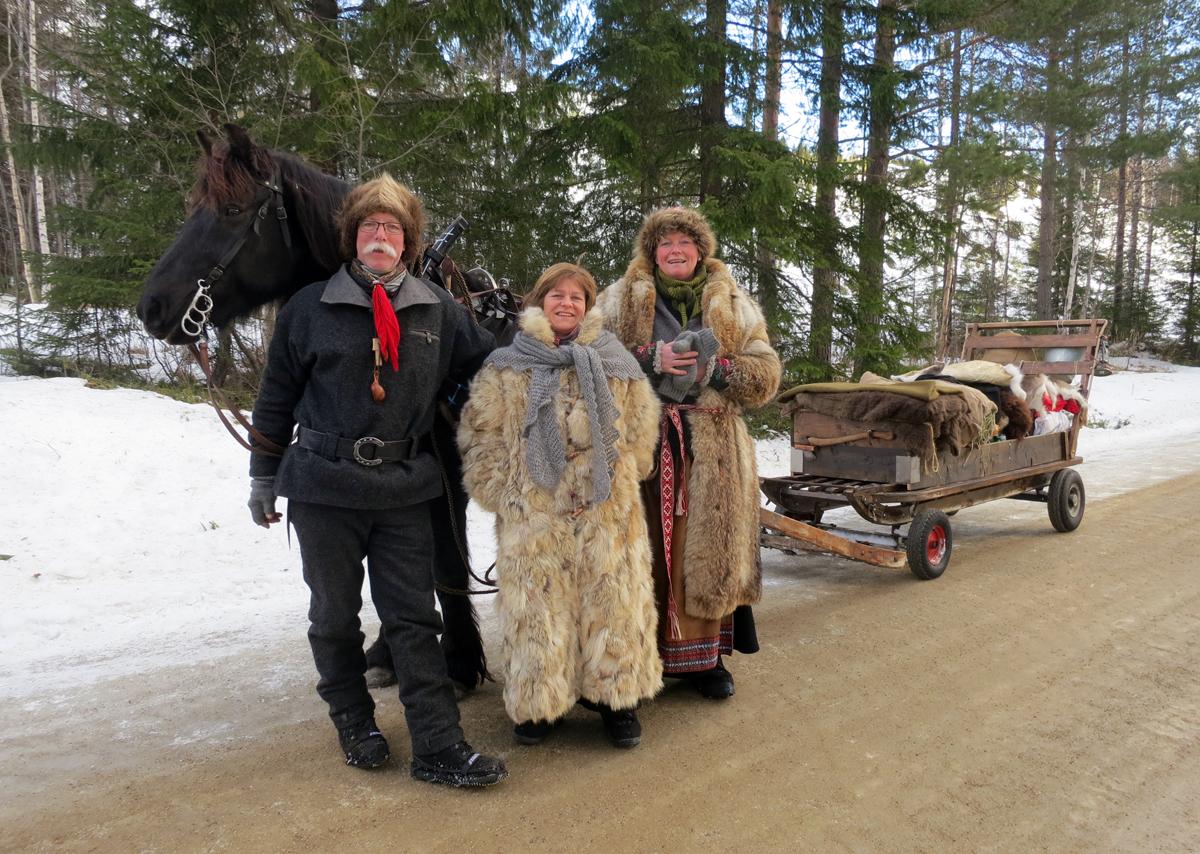 Hesten Oliver med hesteeier og kusk Geir Ingvaldsen og lauskarer/jenter Marit Lahlum Ruud og kokka vår Mari Bryhni. Foto: Karine Bogsti