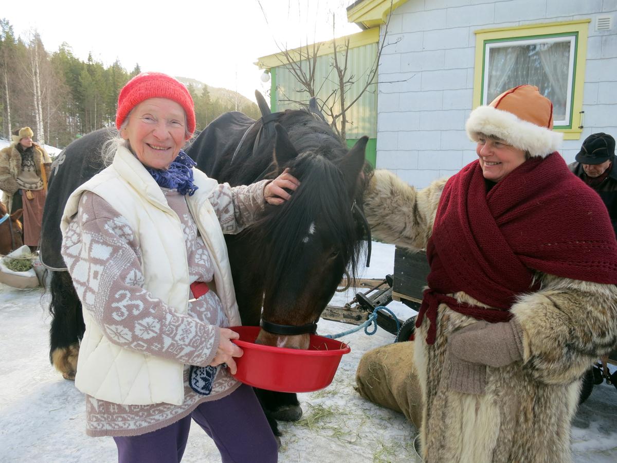 Zofia Kjelling (t.h.) hadde gjort klar snaddermat til hesta når vi kom til Bjøråneset; gulrøtter og epler. Foto: Karine Bogsti