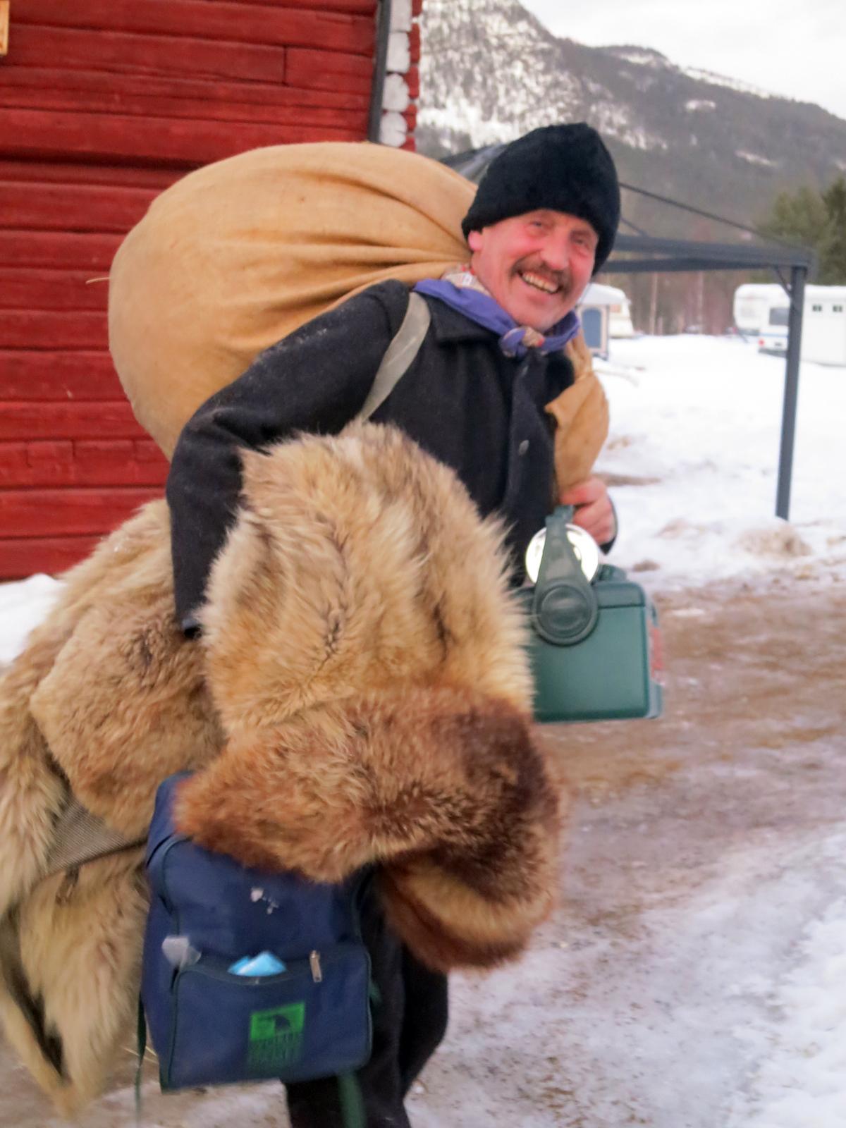 Pålessa lasskjører. Ola på tur med pjanket sitt for å finne hytta han skal bo i for natta. Foto: Karine Bogsti