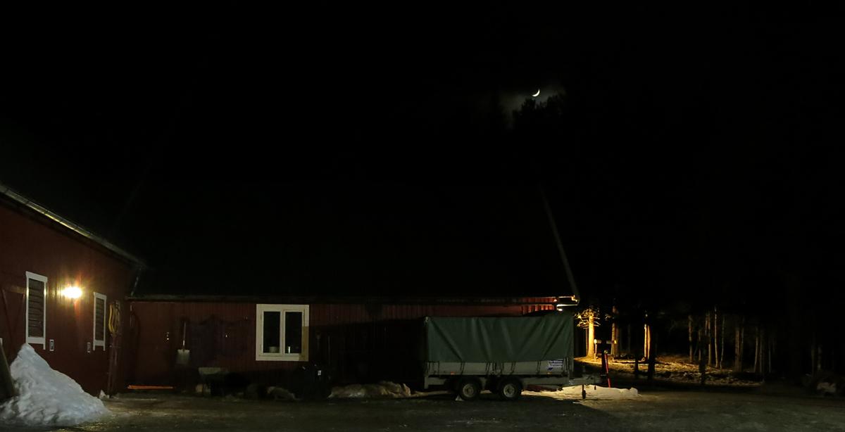 En liten strime av månen lyser over Atna camping, i selskap med stjerner. Det lover godt for kuldegrader og ekte lasskjørervær i dagene fremover. Foto: Karine Bogsti
