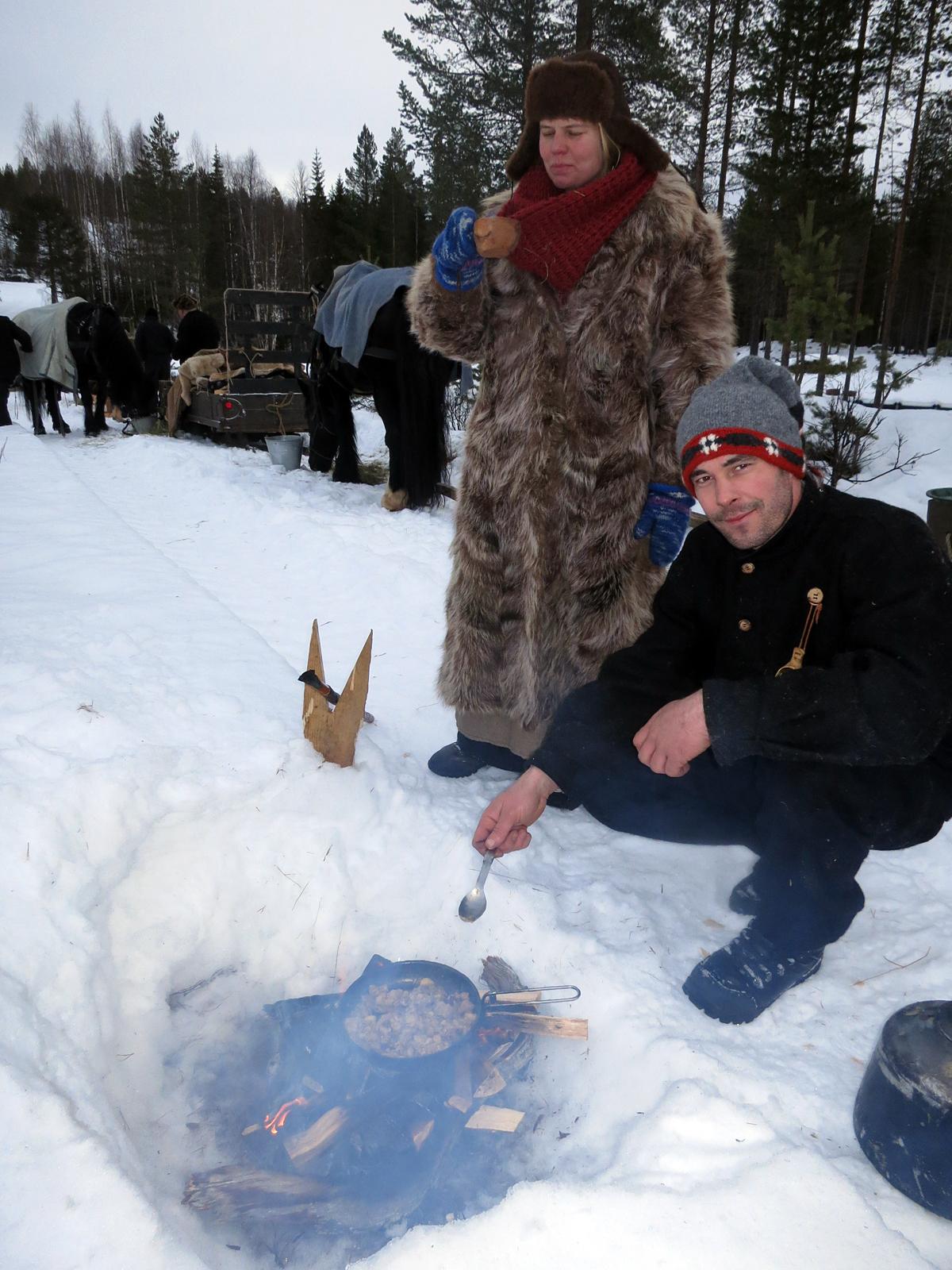 Jøran og Jeanett med lapskauslaging på bålet. Foto: Karine Bogsti