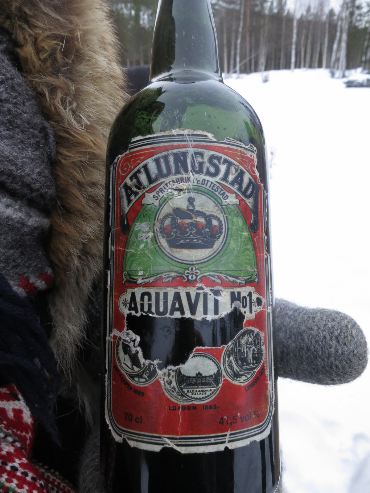 Denne flaska har vært med på alle turene, men er det noen som vet hvilket år etiketten kan være fra? Meld gjerne fra på Hedemarken Lasskjørerforenings facebookside. Foto: Karine Bogsti