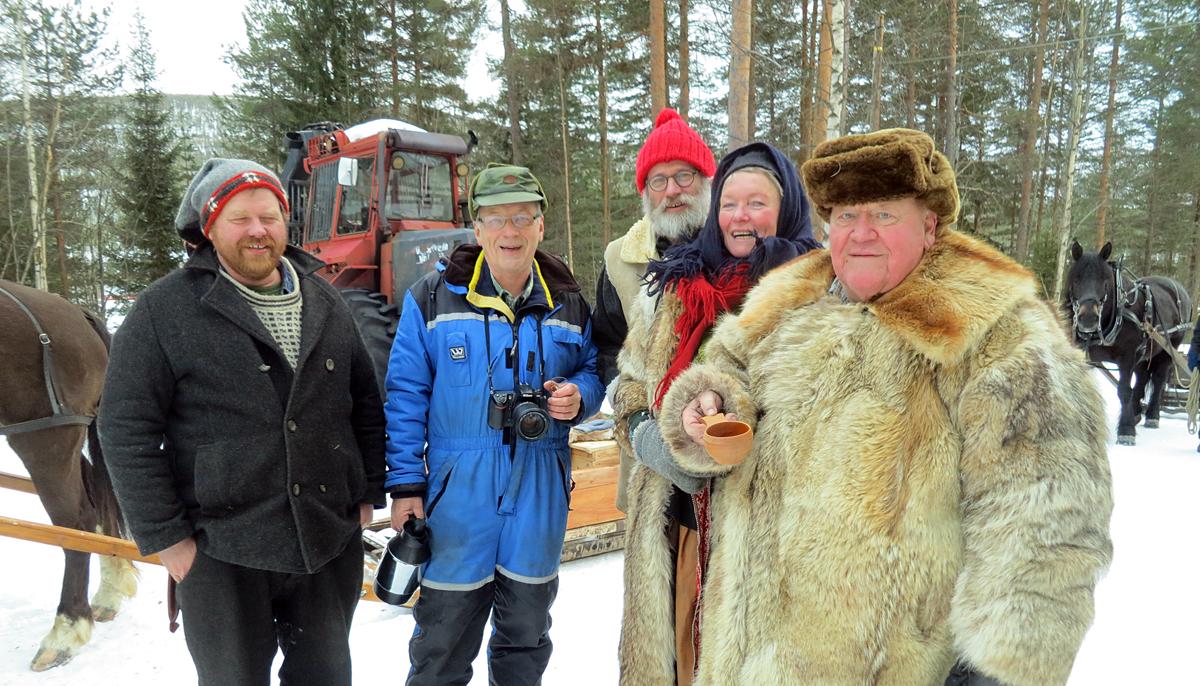 Helt siden bla. Truls, Jørgen, Mari og Erik kjørte sin første tur i 2007 har det vært en stopp hos Leif Gunnar Bjørke (nr. 2 f.v.) som både brøyter 15-20 km veg til oss og attpå gir påtår når vi passerer han. Tusen takk! Foto: Karine Bogsti