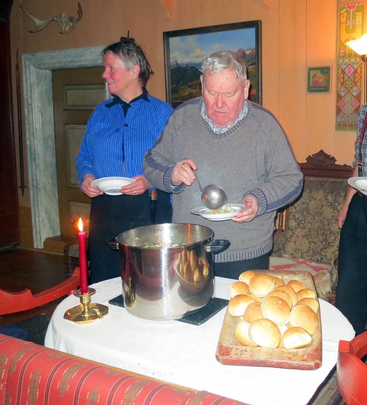 Supper når vi kommer, og full middag på Grøtting. Herfra reiser vi aldri sultne. Foto: Karine Bogsti