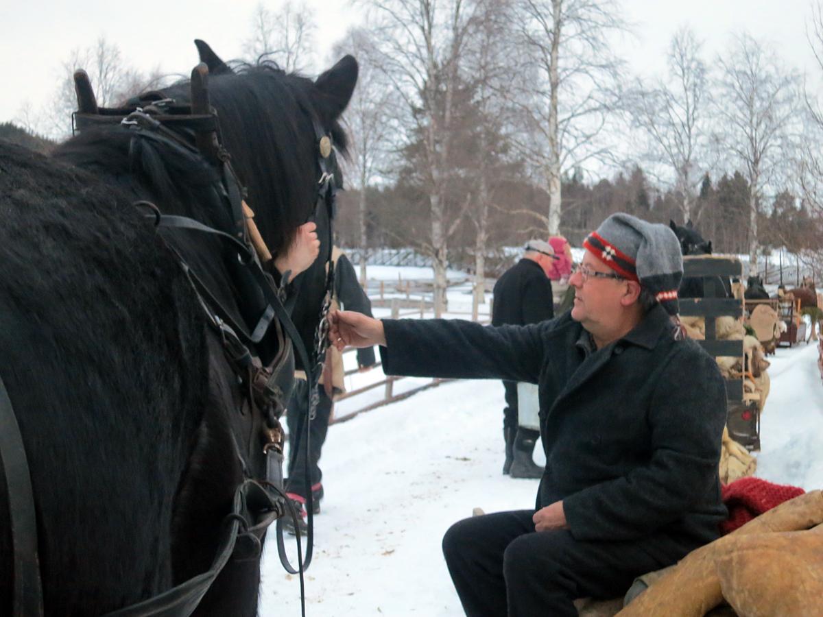 Snart klart til avreise. Lederen vår, Bjarne, med ny fin lue for turen. Foto: Karine Bogsti