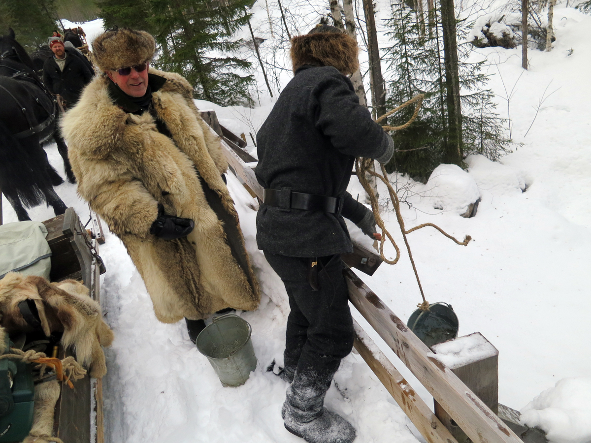 Vi kom over ei bru med åpent vatn, og det trengtes, for hesta var tørste etter hard arbeid i snøen. Foto: Karine Bogsti