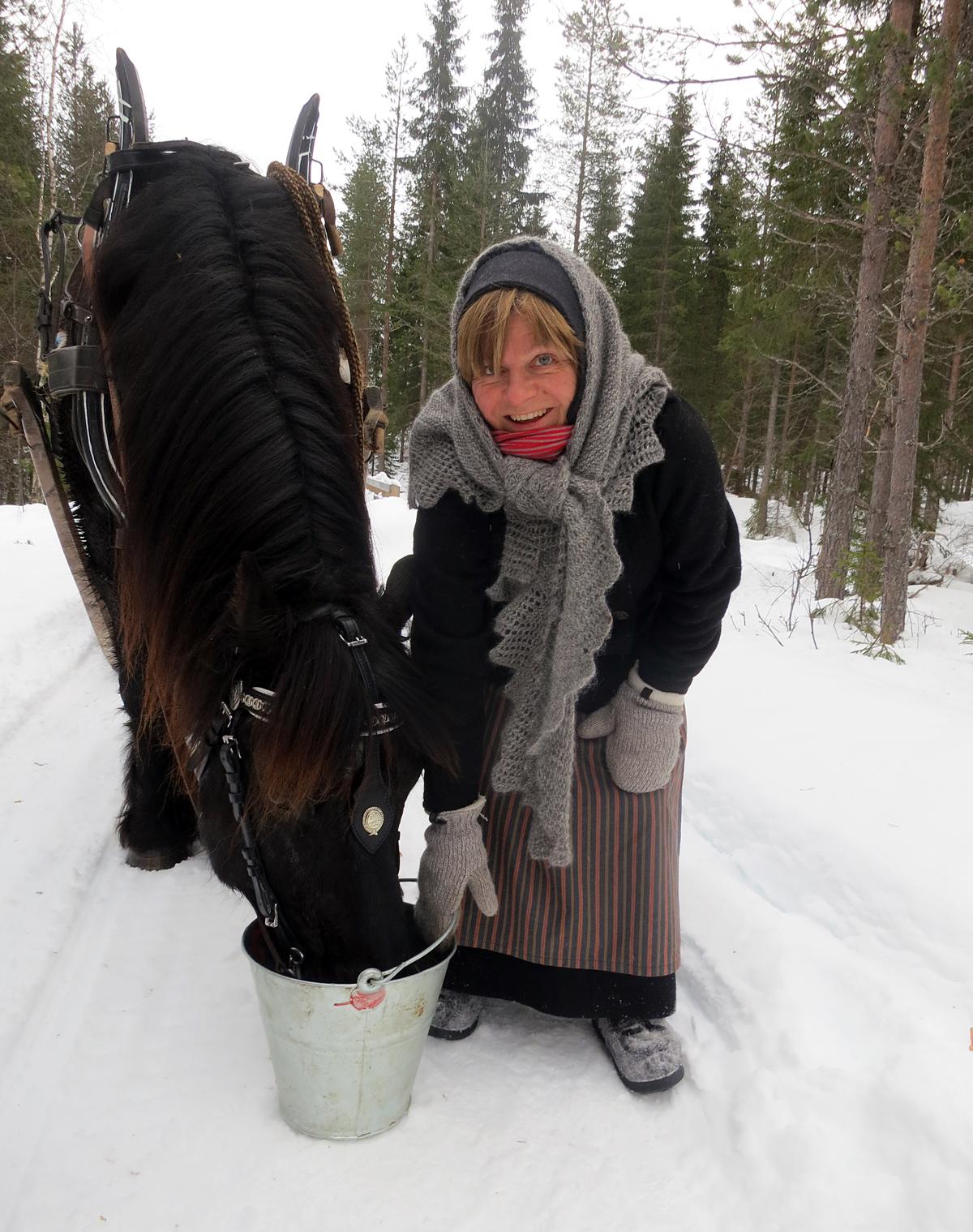 Tørst hest etter lang tur i snøen. Foto: Karine Bogsti