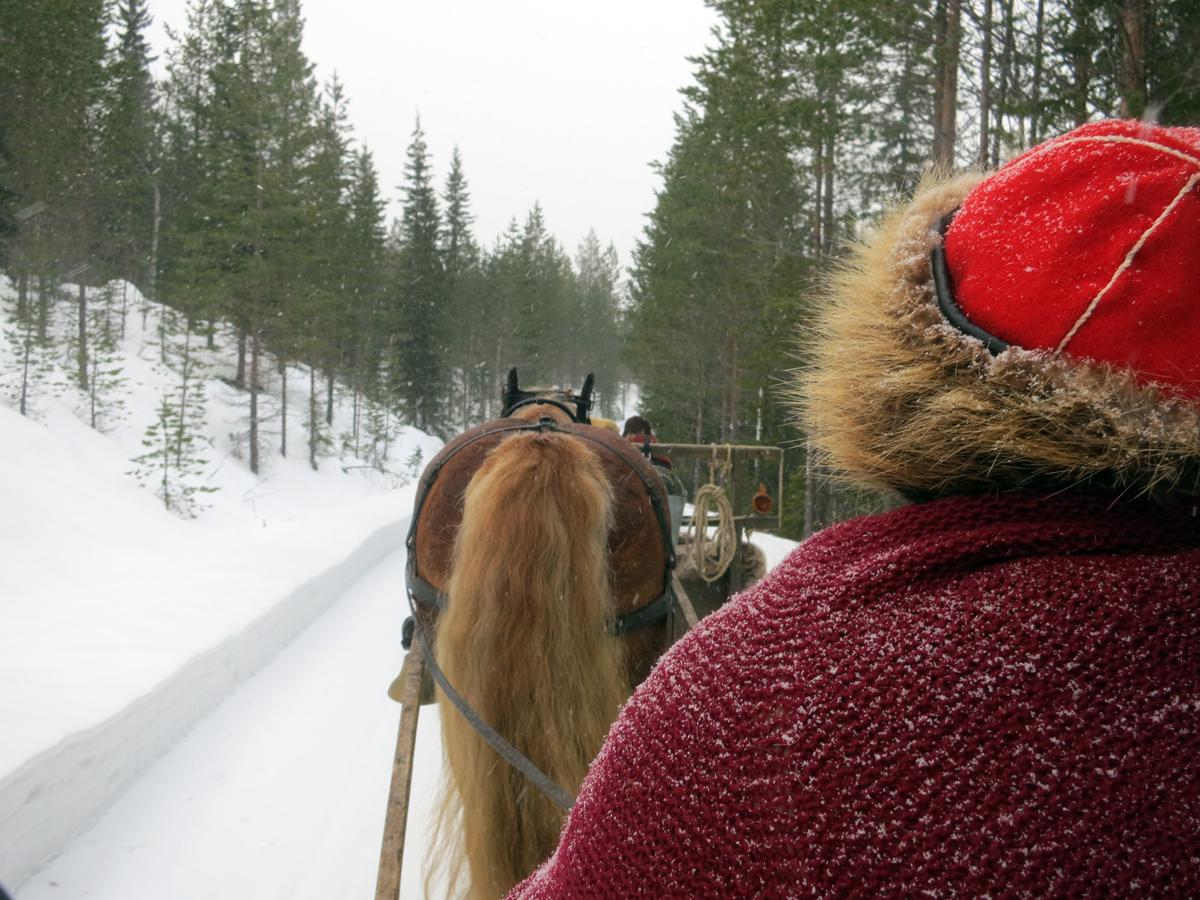 Litt snø drysset ned på lasskjørerne også denne dagen. Foto: Karine Bogsti