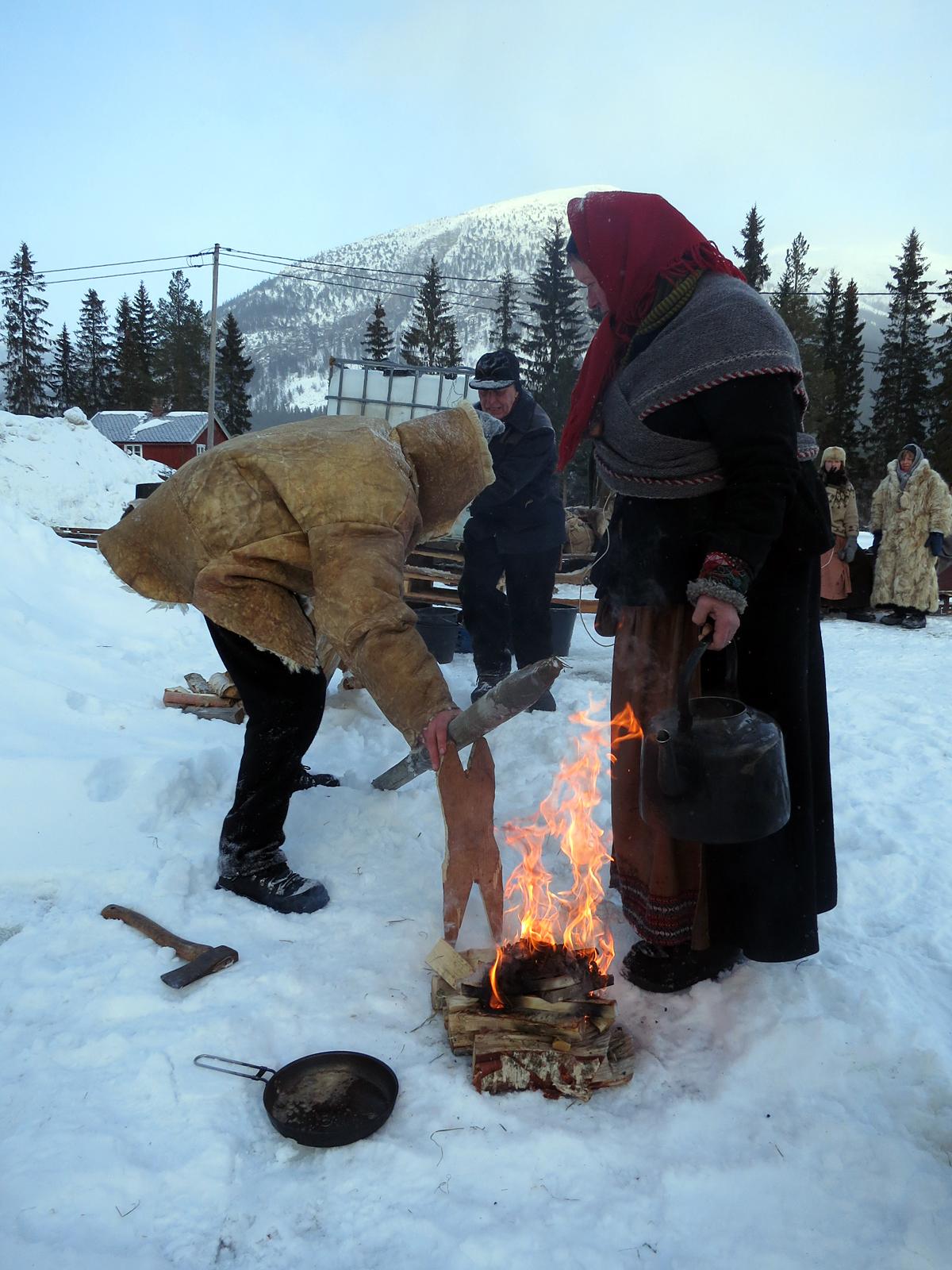 Kjerringa er på plass over bålet, og kaffen kan kokes. PS - det er ikke Mari som menes med kjerring her, ælså! Foto: Karine Bogsti