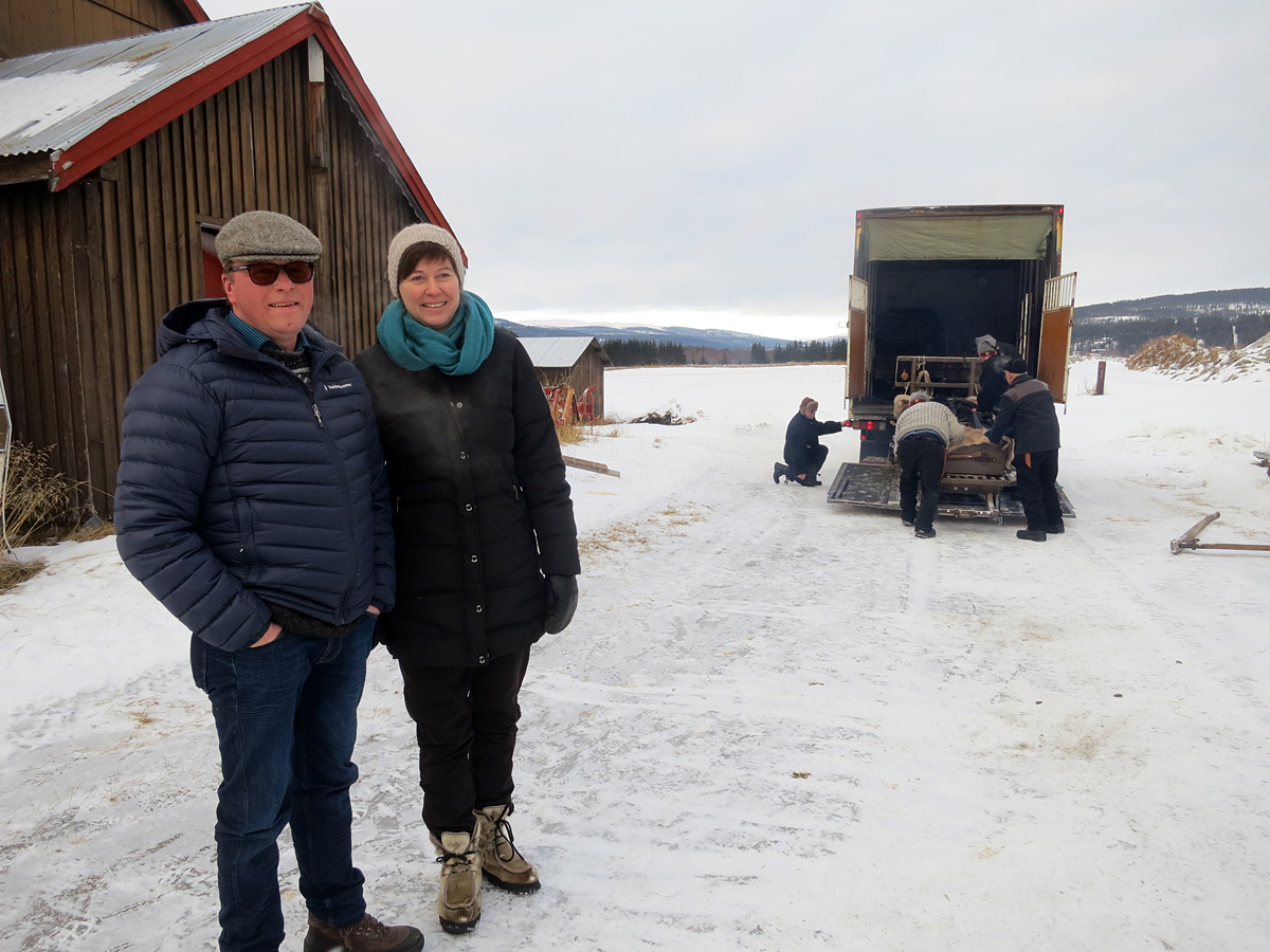 Berit Engvoll og Lars Einar Skarpsno lar oss låne fjøset på Skarpsno så hesta får ei god hvilenatt inne. Tusen takk!!! Foto: Karine Bogsti