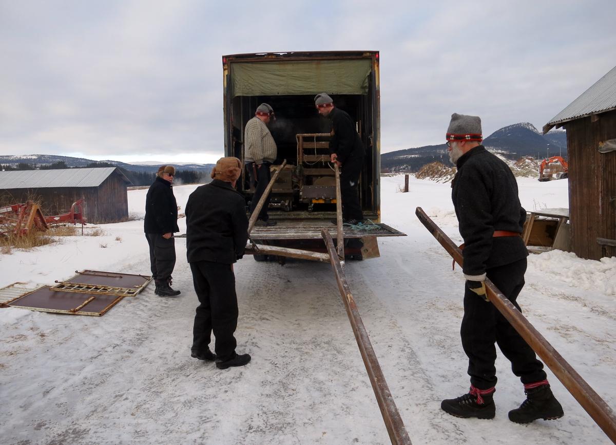 Kjekt at Kjell Ivar har stor bil og løftelem når sleder må fraktes. Foto: Karine Bogsti