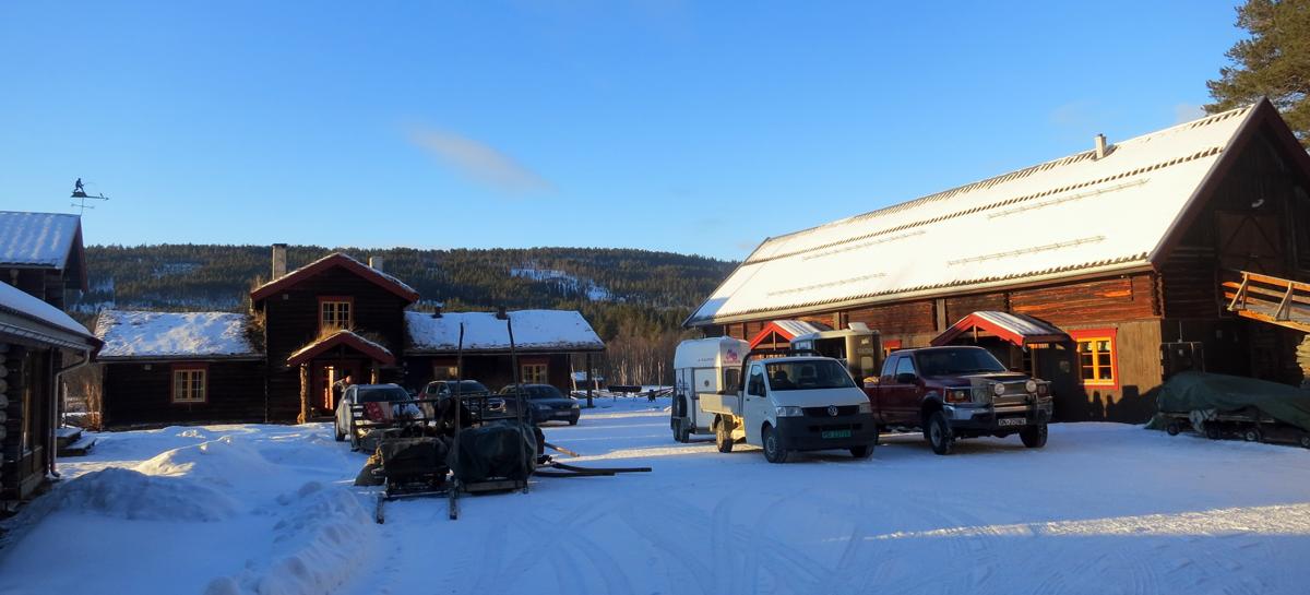 Etter noen kjøreturer er til slutt både sleder, hester og lasskjørere på plass på Telstad. Foto: Karine Bogsti