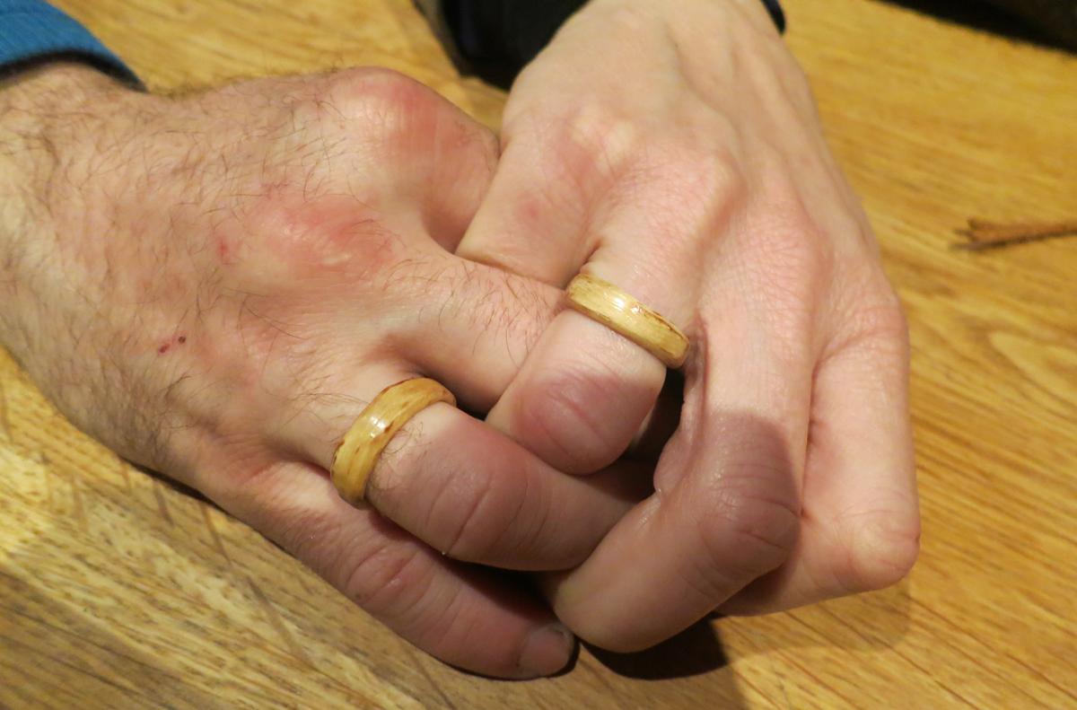 Vi har hatt en forlovelse under turen. Ringene er laget i tre av frieren :-) Gratulerer Gry og Kenneth!