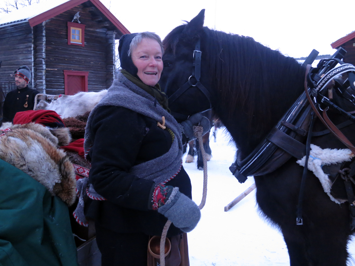 Mari holder hesten mens Geir sæler på. Foto: Karine Bogsti